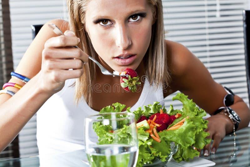 Comer das mulheres novas saudável fotografia de stock