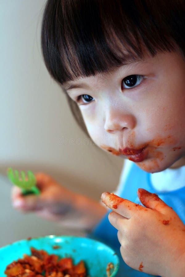 Comer desarrumado da criança fotografia de stock royalty free