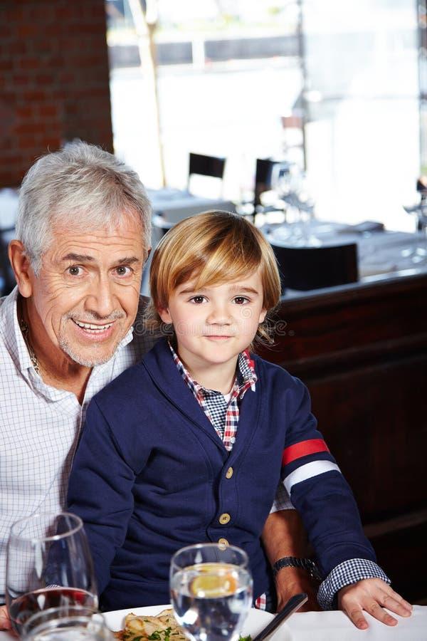 Comer do avô e do neto fotografia de stock royalty free