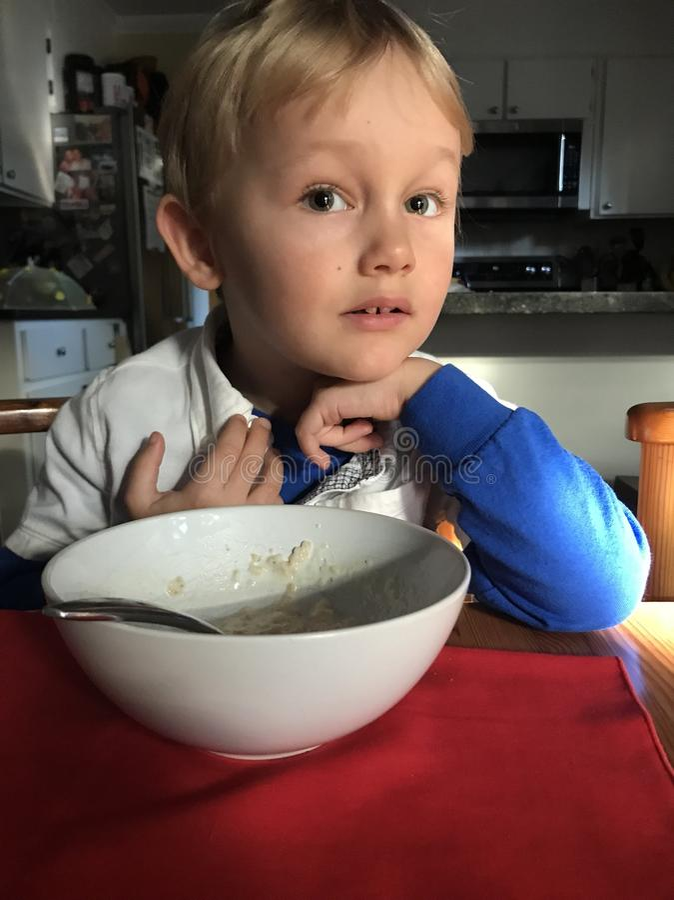 Comer do menino imagens de stock royalty free