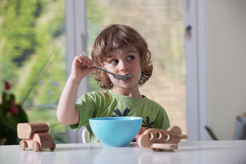 Comer do rapaz pequeno imagem de stock