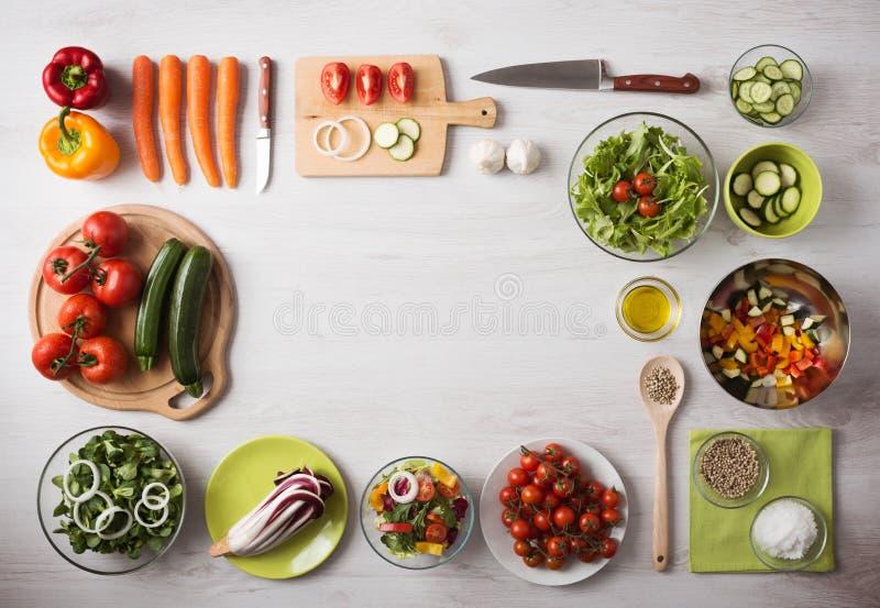 Comer e preparação dos alimentos saudáveis em casa imagem de stock royalty free