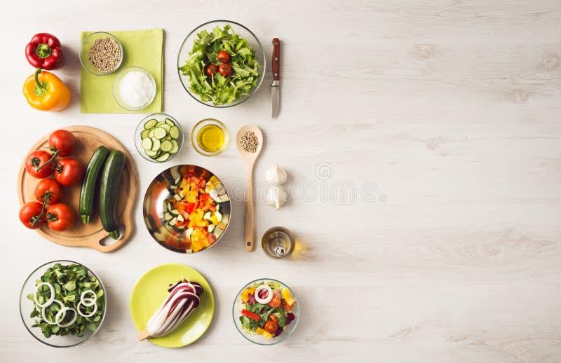 Comer e preparação dos alimentos saudáveis em casa imagens de stock