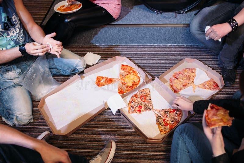 Comer el bocado de la pizza en la opinión superior del piso fotos de archivo libres de regalías