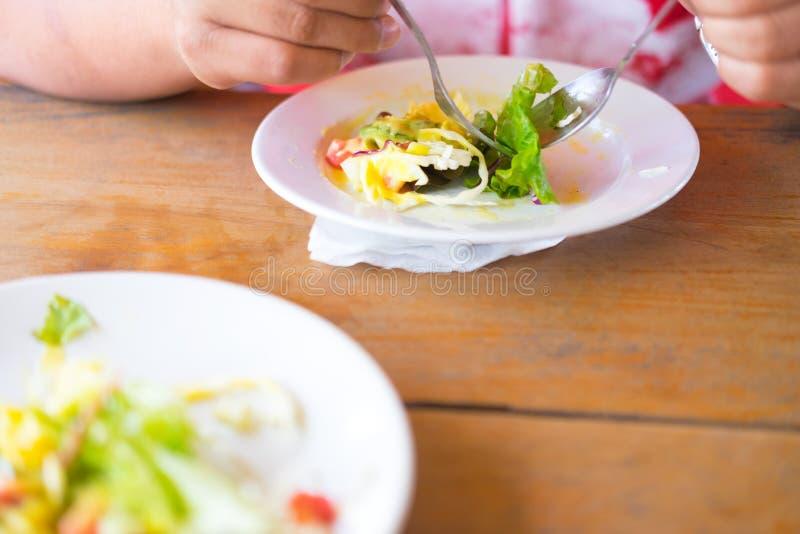 Comer, fazer dieta e conceito saudáveis dos povos fotografia de stock royalty free