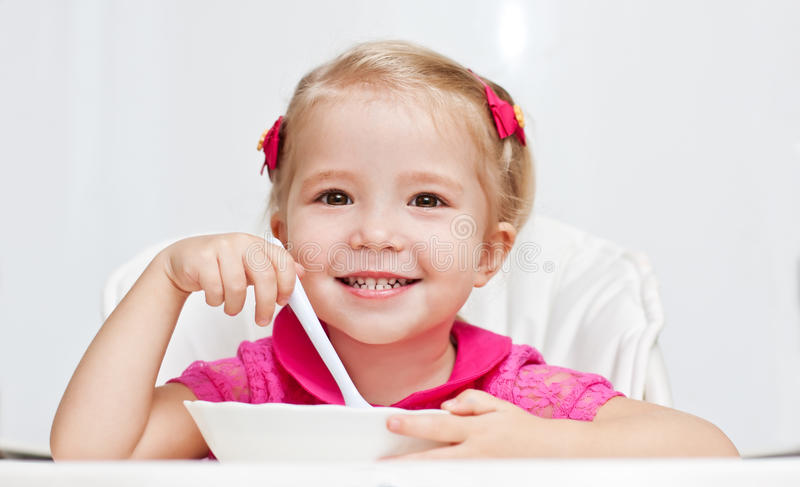 Comer feliz da menina fotografia de stock royalty free