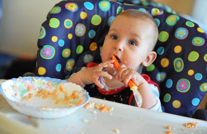 Comer feliz da prática do bebé foto de stock