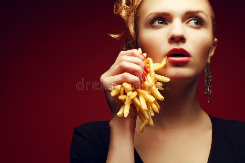 Comer insalubre Conceito da comida lixo Retrato da mulher com fritadas imagens de stock