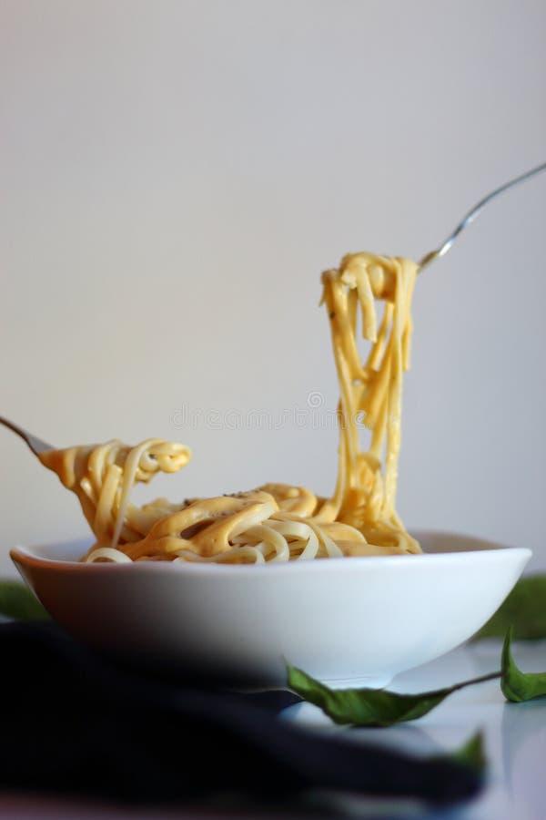 Comer macarrão espaguete com molho de abóbora foto de stock