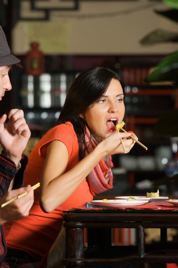 Comer no restaurante asiático imagem de stock royalty free