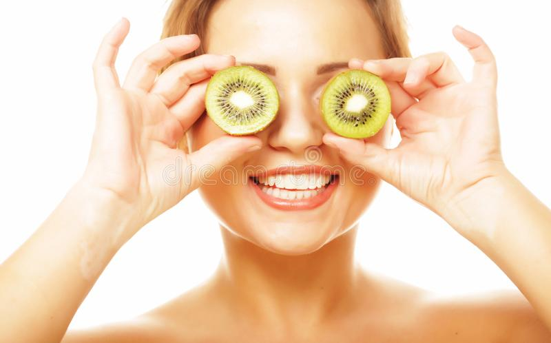 Comer saudável, alimento e conceito da dieta - fruto de quivi engraçado da terra arrendada da mulher para seus olhos fotografia de stock royalty free