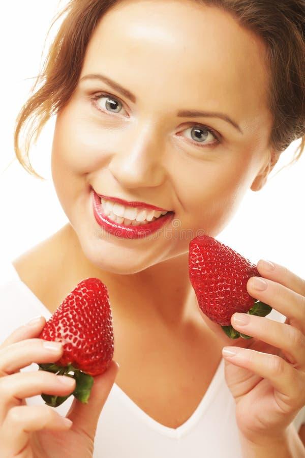 Comer saudável, alimento e conceito da dieta - mulher de sorriso feliz bonita nova com morango imagem de stock