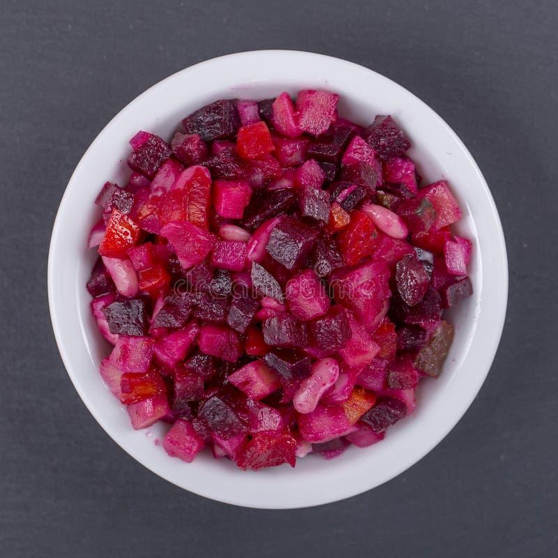 Comer saudável, alimento, fazer dieta e conceito do vegetariano - salada feita home do vinagrete com vegetais Vista superior fotografia de stock