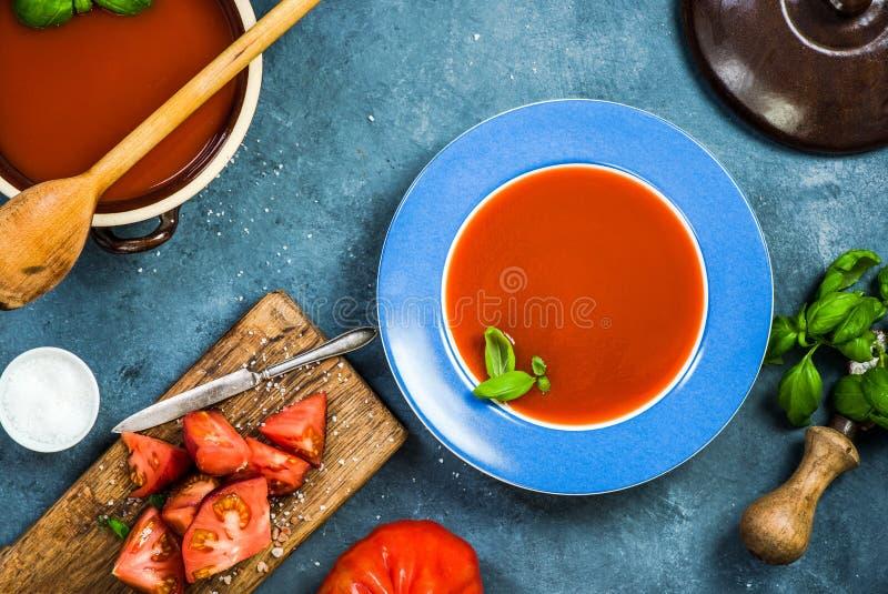 Comer saudável, gazpacho cremoso fresco ou sopa do tomate imagens de stock