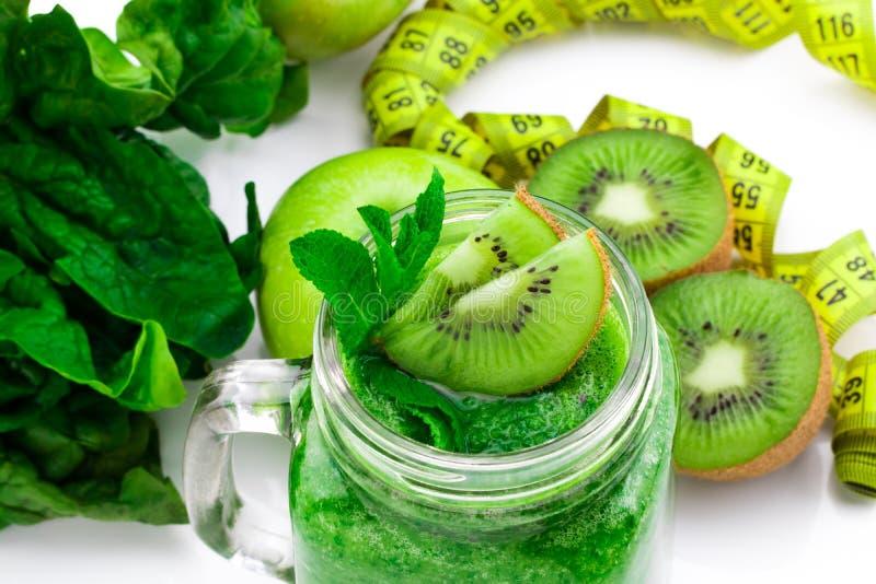Comer saudável Maçã verde, espinafre, batidos verdes, measurin fotografia de stock