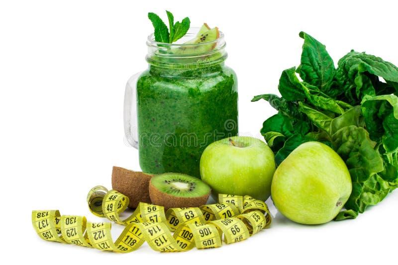 Comer saudável Maçã verde, espinafre, batidos verdes, measurin fotografia de stock royalty free