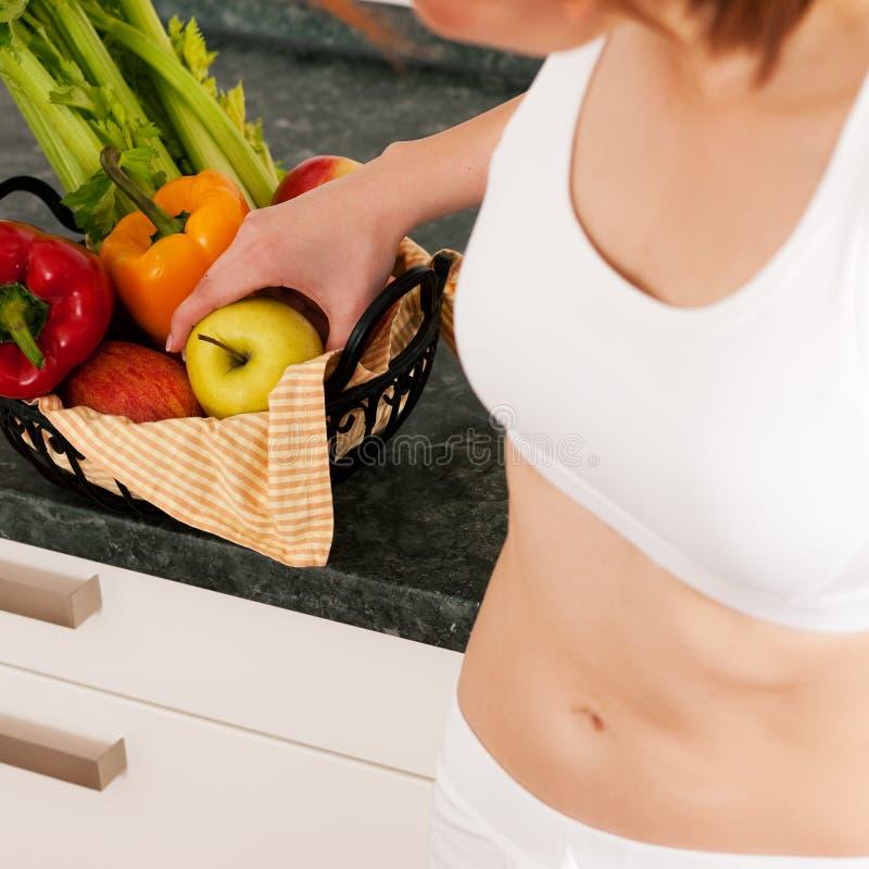 Comer saudável - mulher com maçã fotos de stock