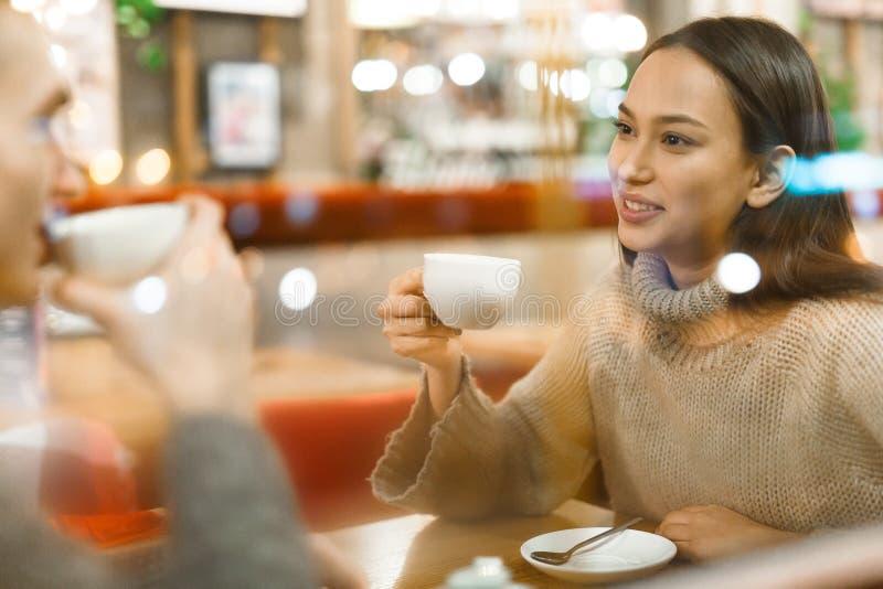 Comer té en café imágenes de archivo libres de regalías