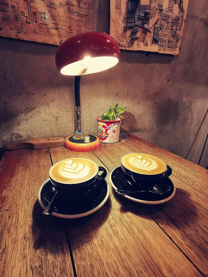 Comer un latte del café en un café rústico fotos de archivo libres de regalías