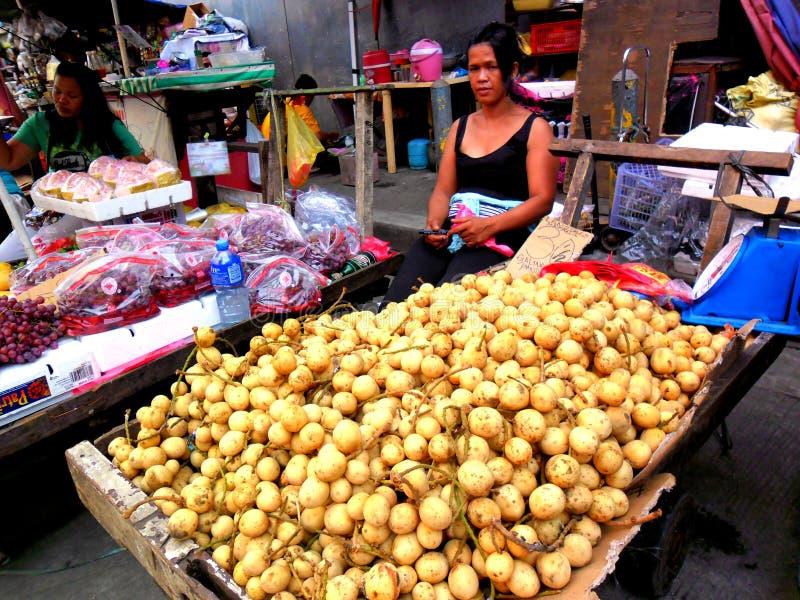 Comercialice al vendedor que vende las frutas en un mercado en Filipinas fotos de archivo libres de regalías