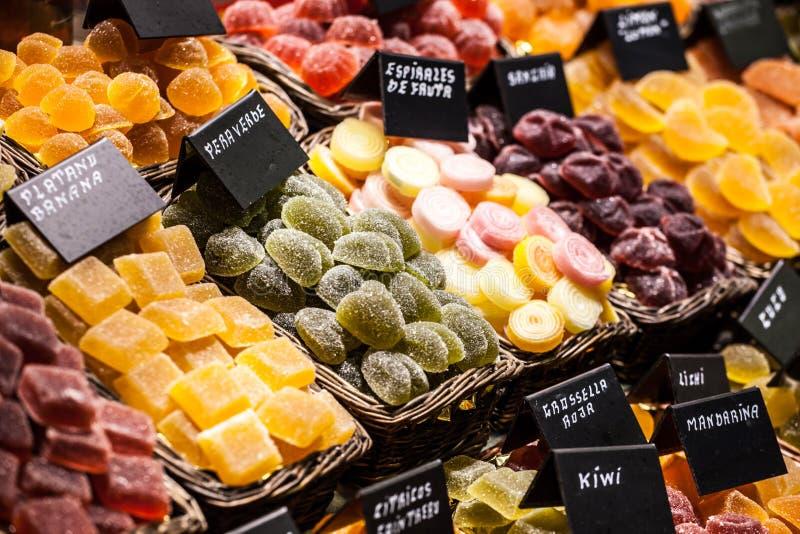 Comercialice la parada por completo de candys en el mercado de Boqueria del La. Barcelona. Cataluña. foto de archivo libre de regalías