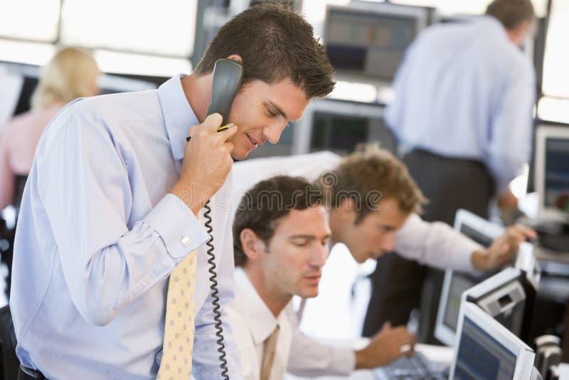 Comerciante común en el teléfono