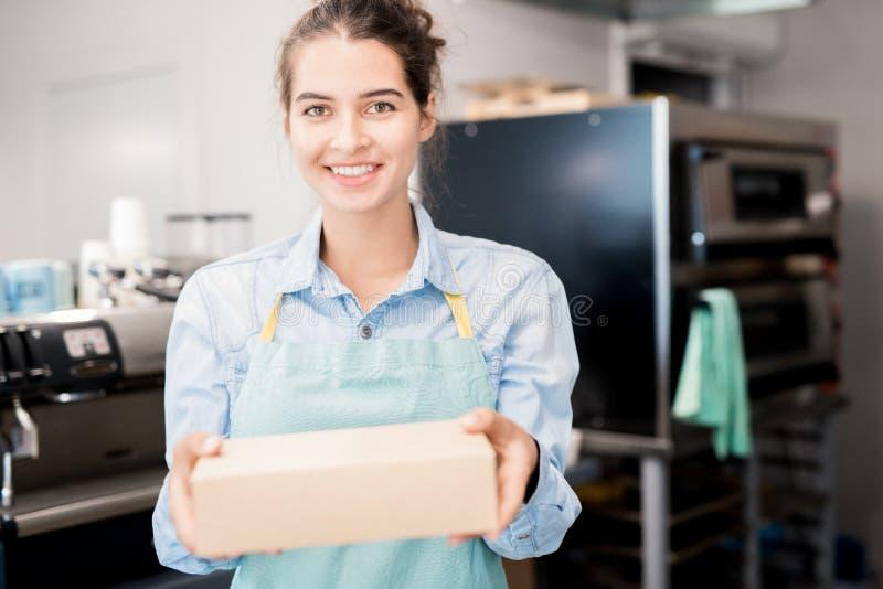 Comerciante de sorriso que guarda a caixa imagem de stock royalty free