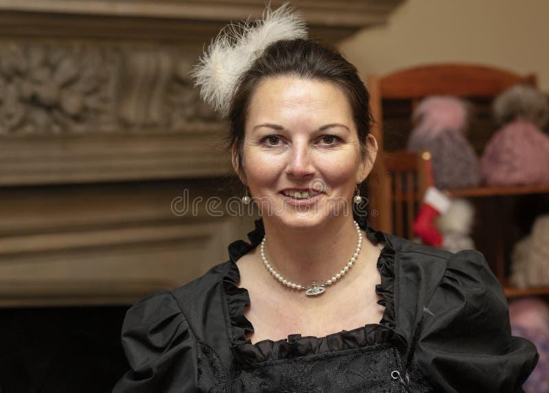 Comerciante do mercado vestido no vestuário formal victorian fotos de stock royalty free