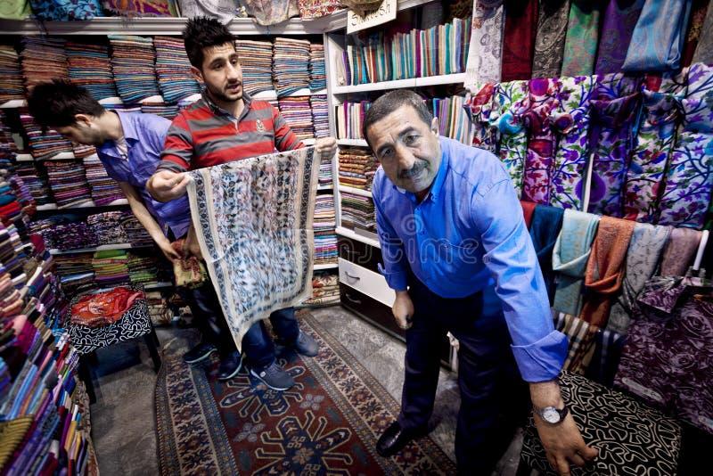 Comerciante e hijos de la tela de Estambul fotografía de archivo