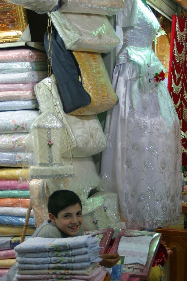 Comerciante joven en Al-Madina Souq, Alepo - Siria imagenes de archivo