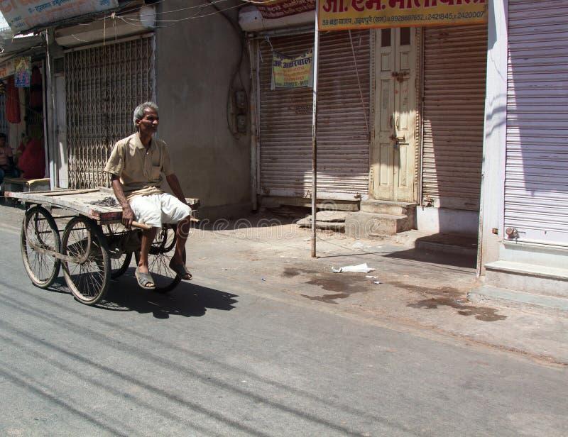 Comerciante pobre que se sienta en su camión vacío foto de archivo libre de regalías