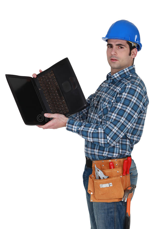 Comerciante que olha o portátil imagens de stock