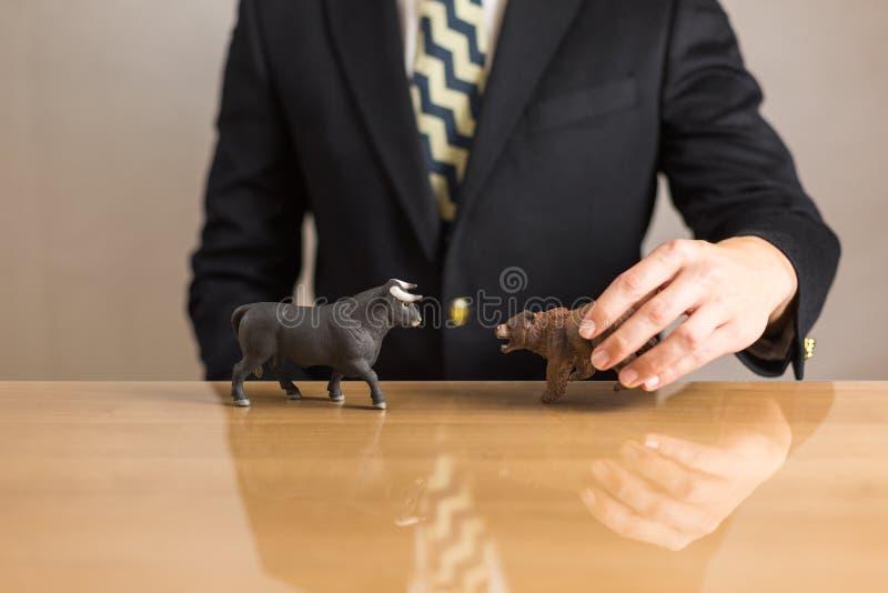 Comerciante que se sienta delante del escritorio de madera imagen de archivo libre de regalías
