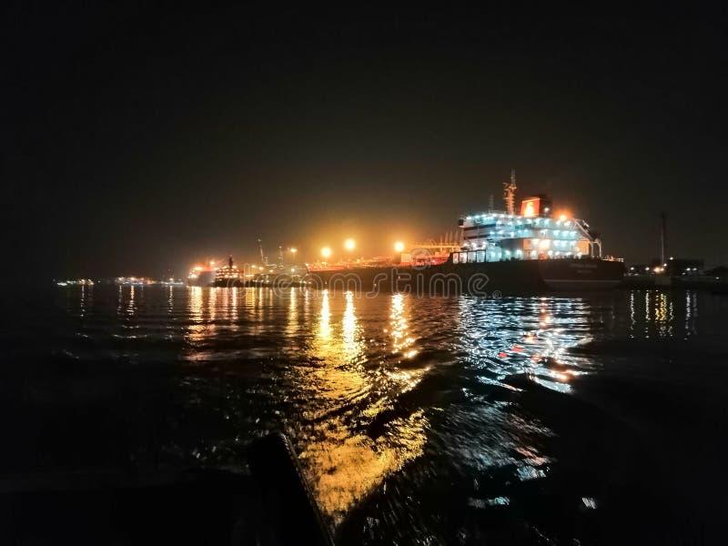 Comerciante Ships na noite fotos de stock