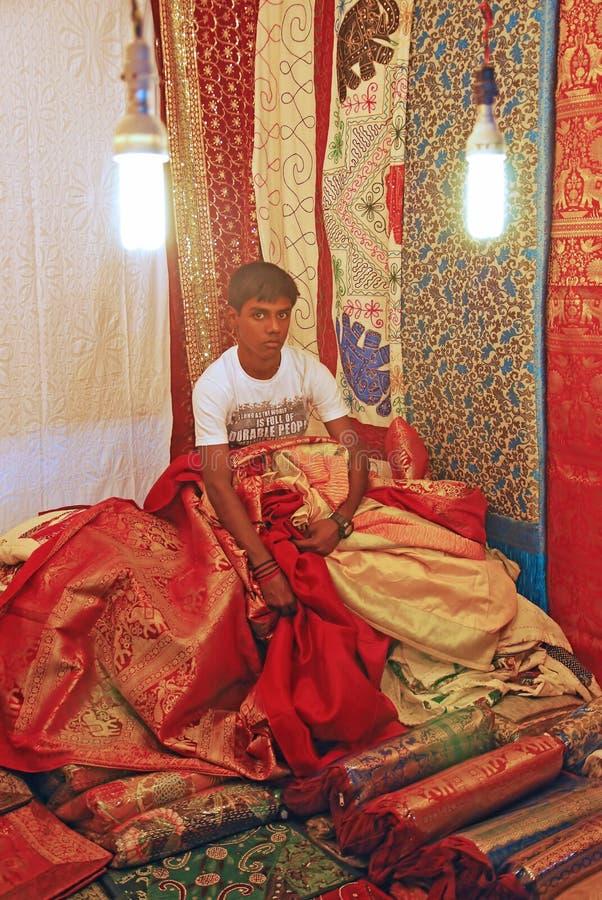 Comerciante trabajador que vende la tela tradicional imágenes de archivo libres de regalías