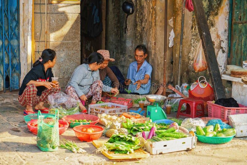 Comerciantes asiáticos que venden la fruta y verdura fresca en marke de la calle imagen de archivo