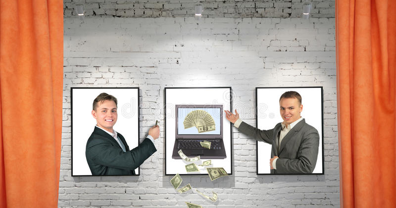 Comerciantes com o caderno fresco do dinheiro em frames na parede foto de stock