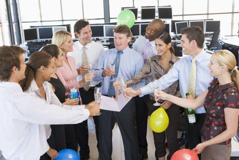 Comerciantes conservados em estoque que comemoram no escritório fotografia de stock royalty free