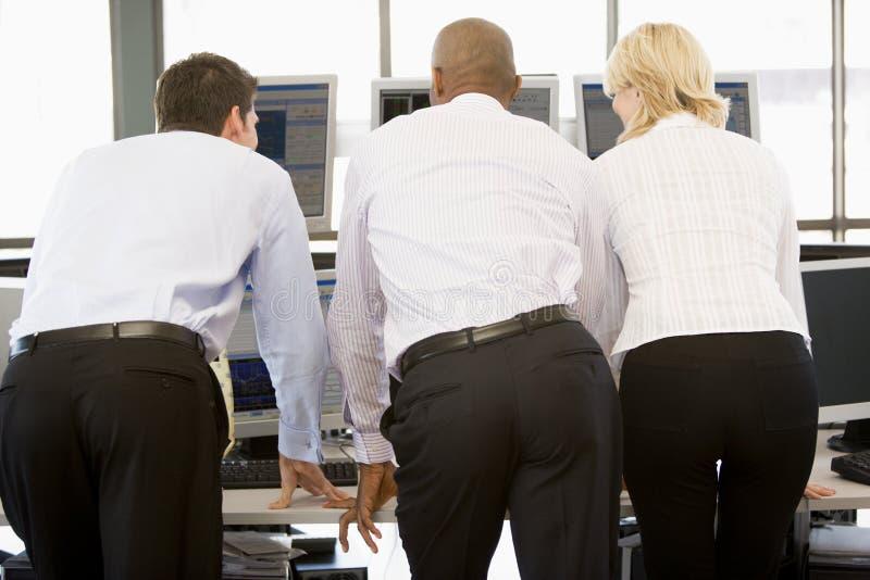 Comerciantes conservados em estoque que vêem monitores fotos de stock royalty free