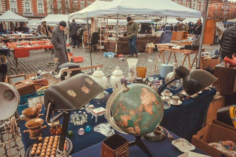 Comerciantes da rua na feira da ladra com arte velha, negócios e material antigo, decoração do vintage e detalhes retros imagem de stock