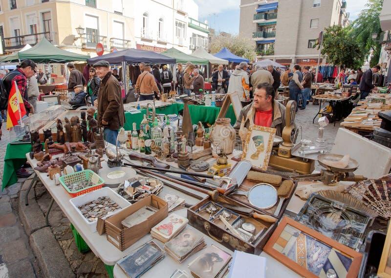 Comerciantes do material do vintage, postacards velhos nos clientes de espera dos negócios, mobília antiga da feira da ladra fotos de stock royalty free