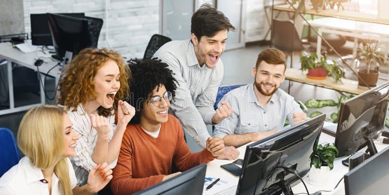 Comerciantes entusiasmados da bolsa de valores que comemoram o sucesso no escritório fotos de stock royalty free