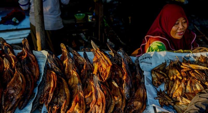 Comerciantes fumados dos peixes em Palembang imagens de stock
