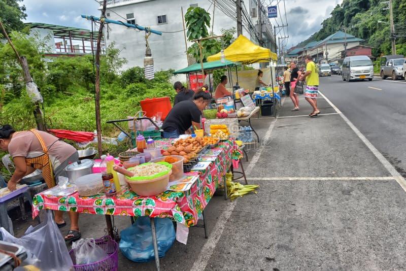 Comerciantes no mercado da noite imagem de stock