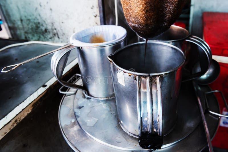 comerciantes que hacen el café tailandés del estilo en su pequeña tienda fotos de archivo libres de regalías