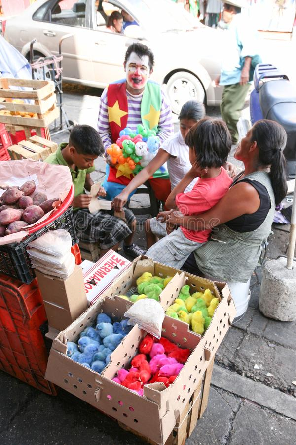 Comerciantes que vendem pintainhos pintados pequenos em um mercado local em Oaxac imagens de stock royalty free