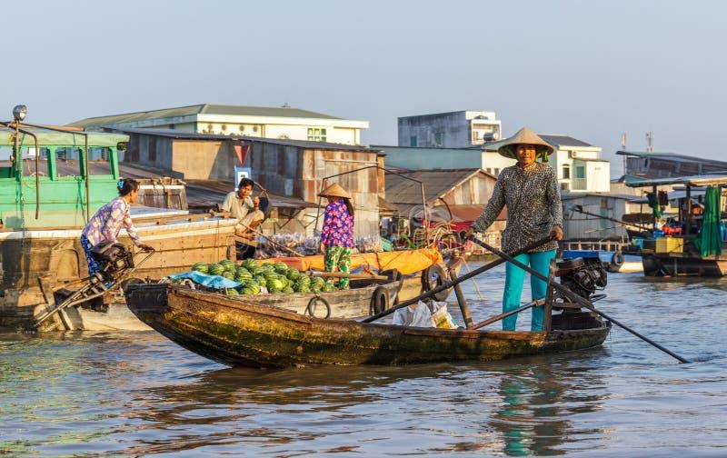 Comerciantes y revendedores en el mercado flotante de Cai Rang en Can Tho, foto de archivo