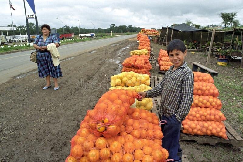 Comercio de calle, ventas de frutas del muchacho de Argentina foto de archivo