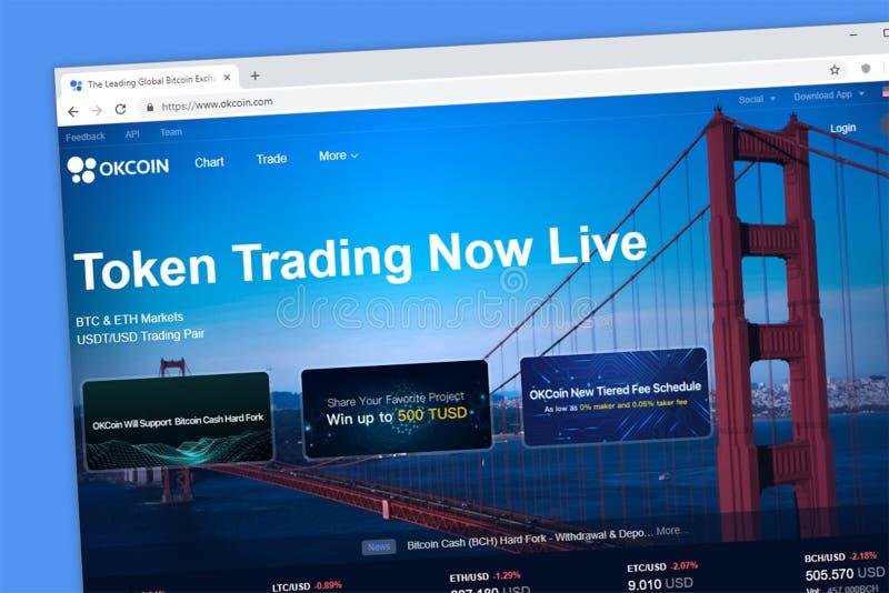 Comercio del cryptocurrency de OKCOIN y plataforma simbólicos del intercambio foto de archivo