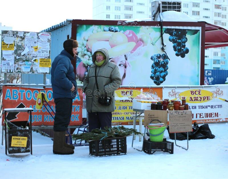 Comercio prohibido desautorizado de los vendedores ambulantes del hombre y de la mujer en paradas en la calle en Novosibirsk fotos de archivo libres de regalías